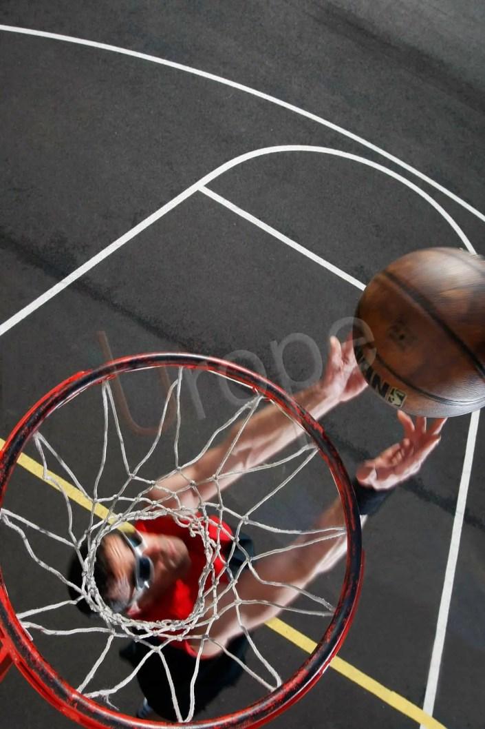 Dunk dans un panier de basket avec incrustation du regard du joueur