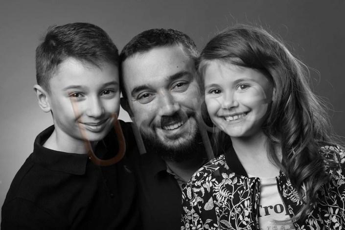 Photo d'un père avec ses 2 enfants en noir et blanc
