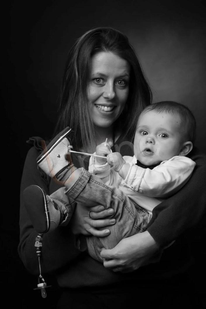 Photo d'une maman avec un nourisson qui se tire le lacet pour un coffret-cadeau