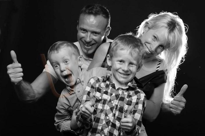Photo d'une famille avec enfants en noir et blanc