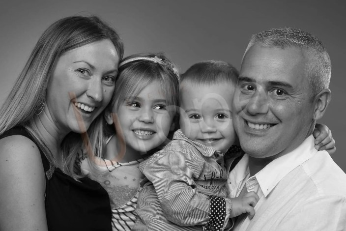 Image de bonne humeur d'une famille avec ses 2 enfants en noir et blanc