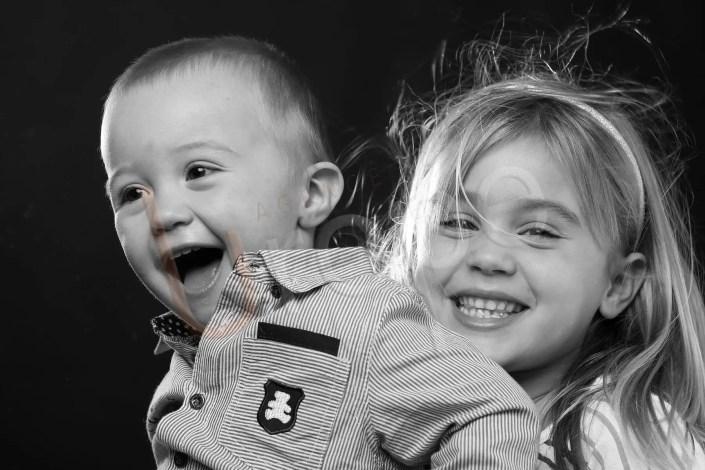 Photographie d'enfants : Deux enfants, frère et soeur, s'amuse lors d'une séance photo