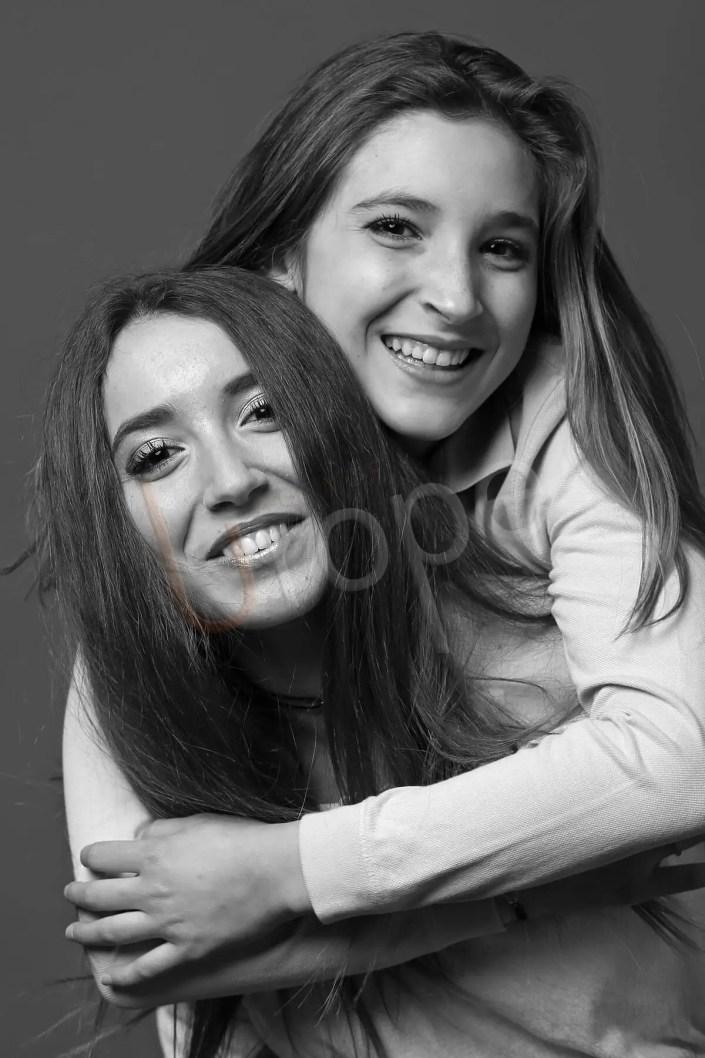 Session photo en noir et blanc de 2 sœurs qui s'enlacent réalisée en studio chez Urope