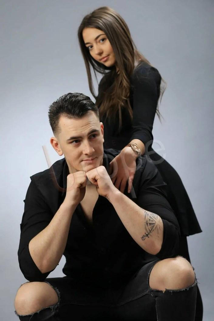 Photo couple en noir sur fond gris au studio de l'Agence Urope à Grenoble