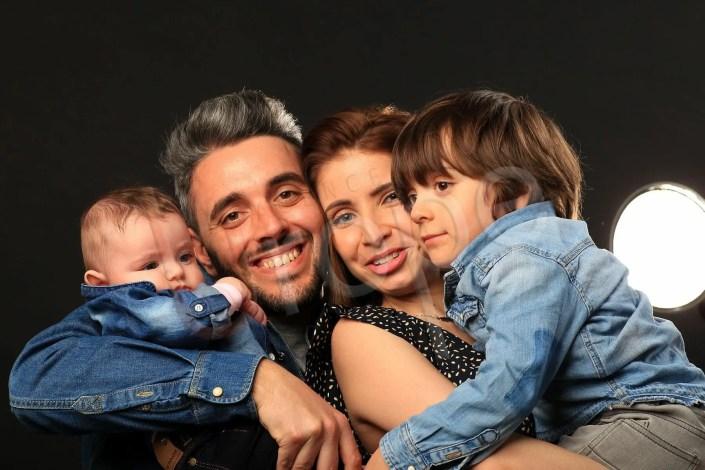 Photo d'une famille avec 2 enfants juste après le baptème devant le projecteur photo Elynchrom