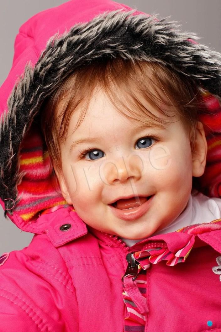 Photo d'un bébé en couleur en studio