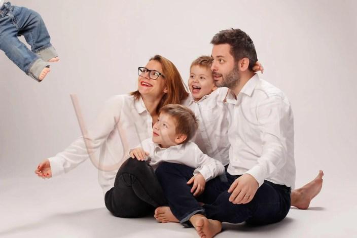 Photo studio d'une vie de famille avec un bébé qui s'envole