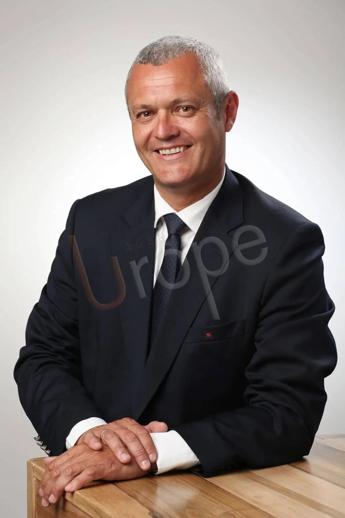Photo d'un homme politique pour attirer l'attention dans le studio photographique