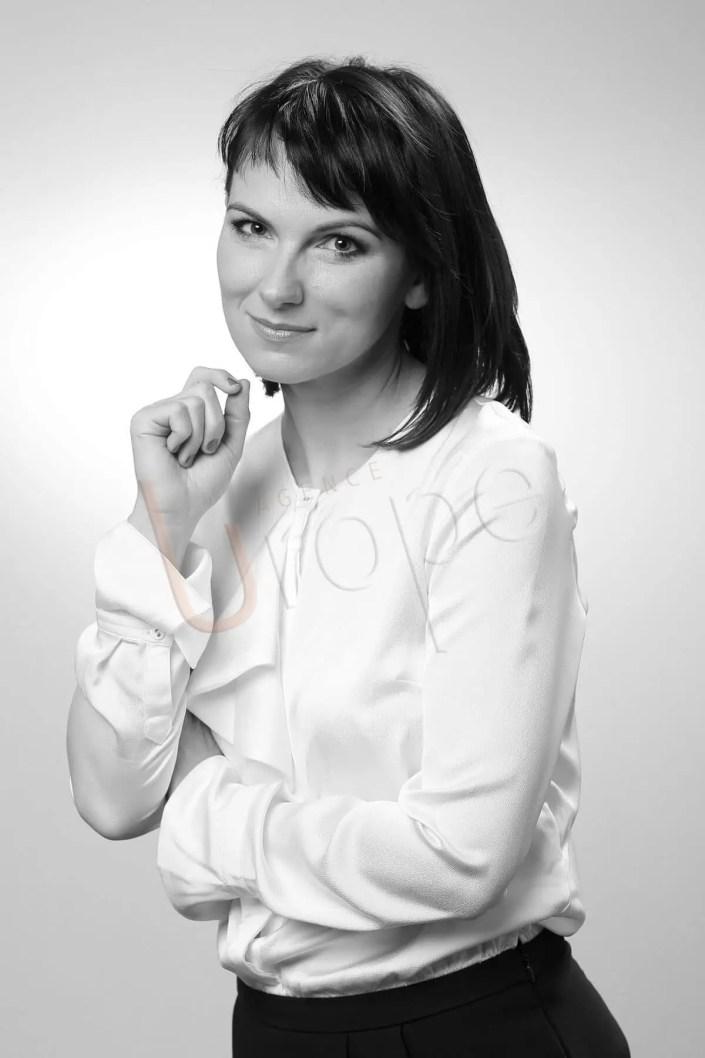 Image en noir et blanc d'une jeune femme pour faire un CV