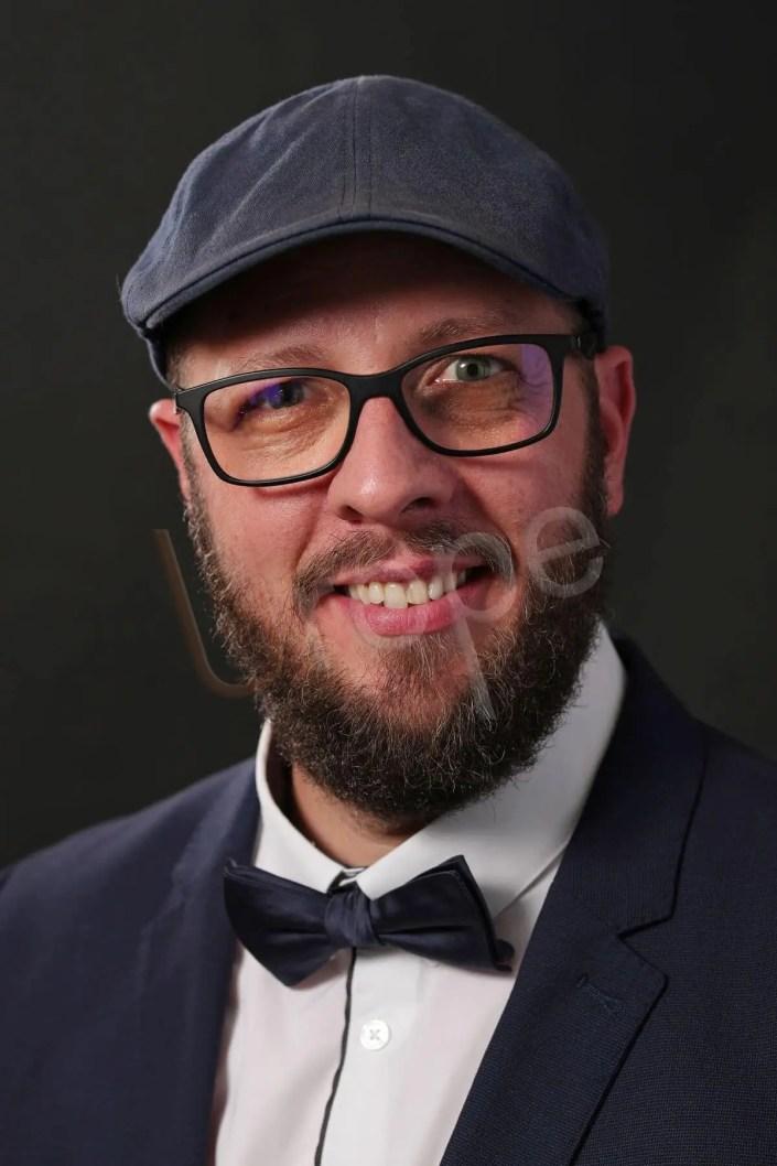Portrait d'un homme barbu de bonne humeur pour un trombinoscope