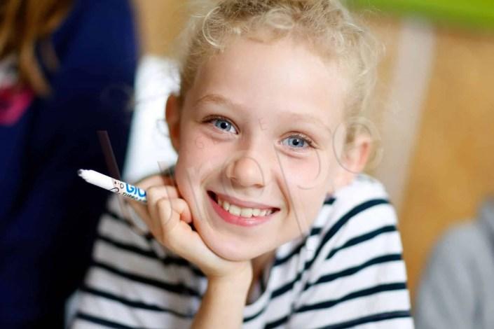 Photo de portraitiste : une jeune fille aux yeux bleus dans un camping