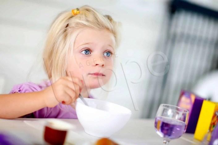 Photo d'une fille au petit déjeuner d'un hôtel