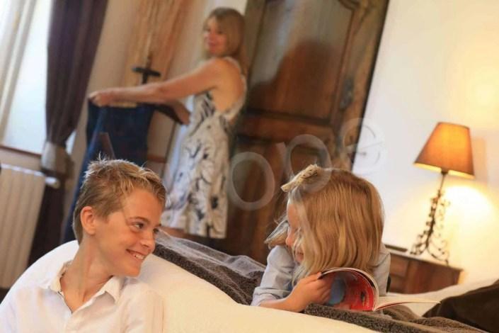 Photographies d'enfants qui rient dans la chambre d'un gîte pour illustrer la communication