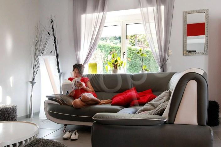 Photo d'une femme assise dans un canapé qui lit