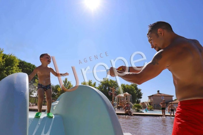 Jeu entre un père et son fils dans un aquatoon
