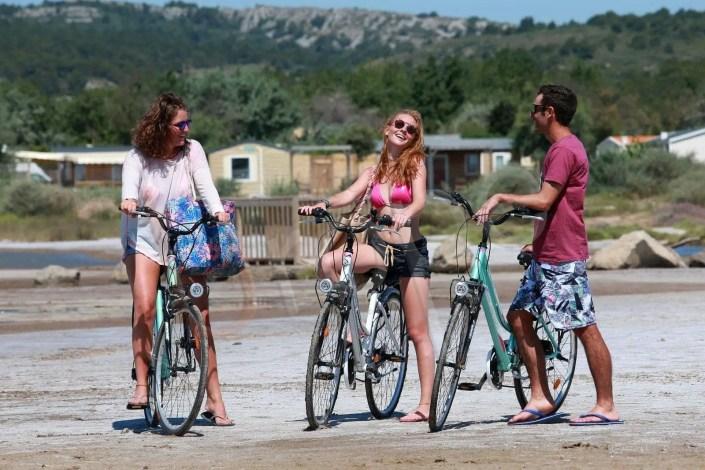 Groupe d'amis en vélo à Narbonne Plage