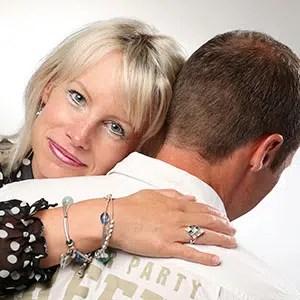 Photo tendre d'un couple dont la femme a la tête sur l'épaule de son mari