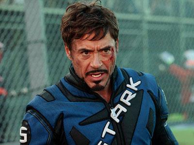 Tony algo magullado con su traje de piloto de carreras.