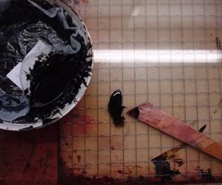漉して茶碗に入れた漆と漆篦
