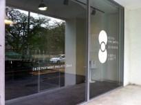 入り口のガラスにNIPPON VISIONのロゴ