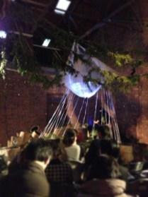 高野槙や漆桶など、和歌山のものを使った舞台。 演奏中は照明で、音楽と一体になった空間が演出されていました