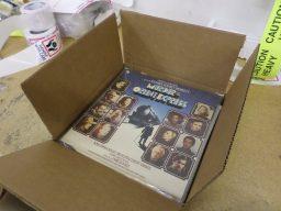 別々に届いたレコードをまとめて梱包。日本へ発送します。