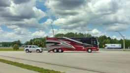 Wohnmobil mit angehängten Auto auf einem Parkplatz in Florida