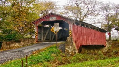 Rote kleine Holzbrücke irgendwo in New England, USA