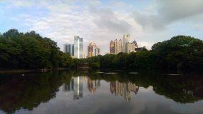 Blick aus dem Piedmont Park auf die Skyline von Atlanta