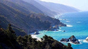 Die traumhafte Bucht bei Big Sur in Kalifornien, USA.