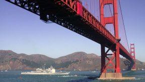 Die rote Golden Gate Bridge in der Bucht von San Francisco.