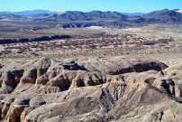 Sand und Berge bestimmen die Mojave Wüste.