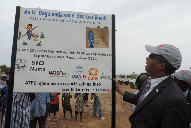 USAID Director admires certification plaque for Allaye-Daga
