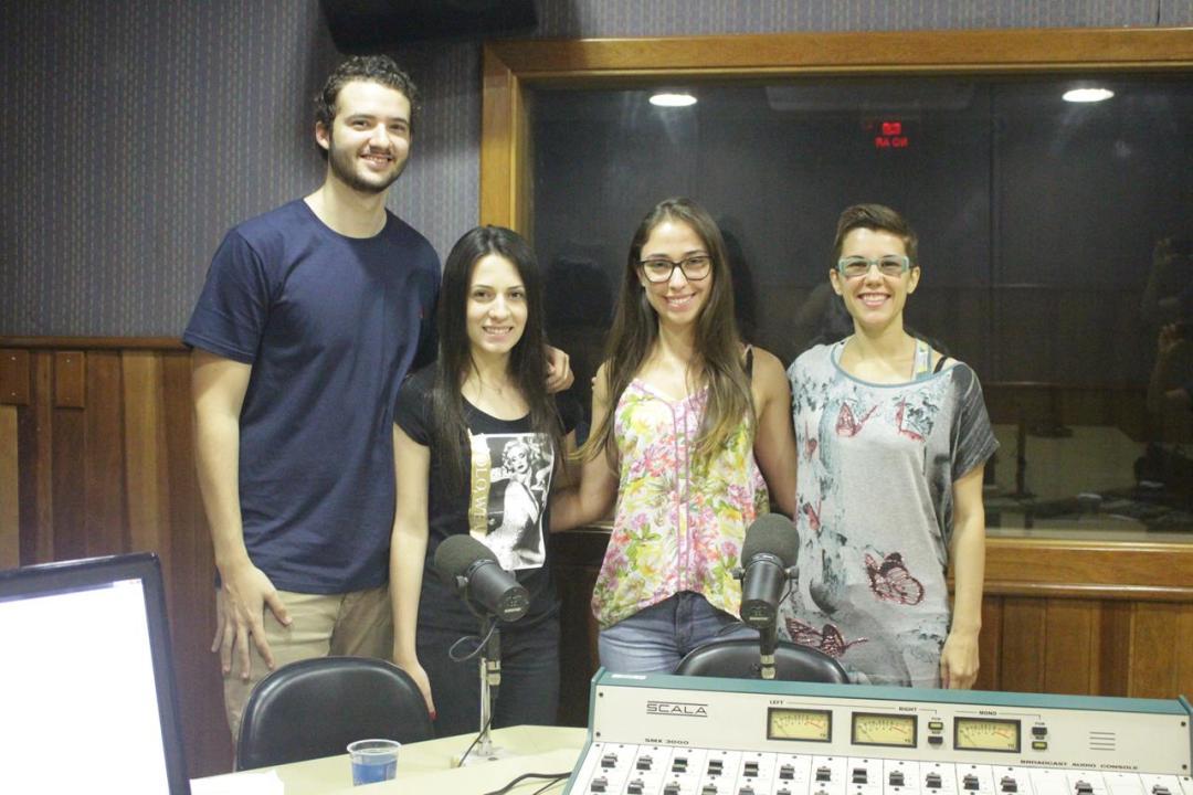 A candidata Maria Flor (PSOL) com integrantes da equipe no estúdio da Webrádio. Foto: Alexsandro Costa