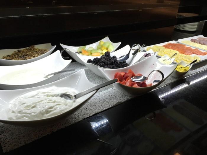 水果、坚果、酸奶、冷盘等