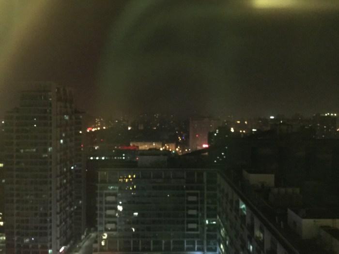 窗外夜景,不过貌似没什么可看……夜色下的钢筋混凝土