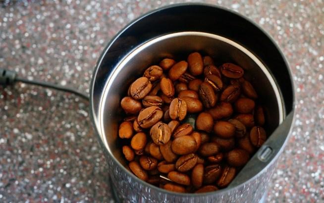 豆をミルに入れる