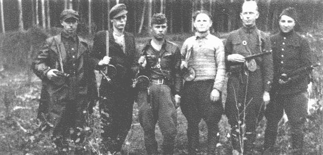 Un groupe de partisans juifs dans la forêt de Rudniki, près de Vilno (aujourd'hui Vilnius), entre 1942 et 1944.