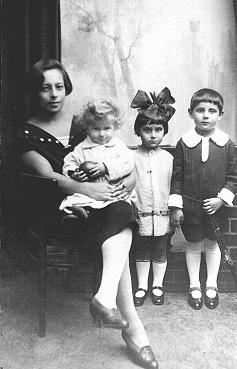 Foto tiga anak Yahudi dengan pengasuh bayinya diambil sebelum perang. Dua dari ketiga anak ini mati pada tahun 1942. Warsawa, Polandia, 1925-1926.