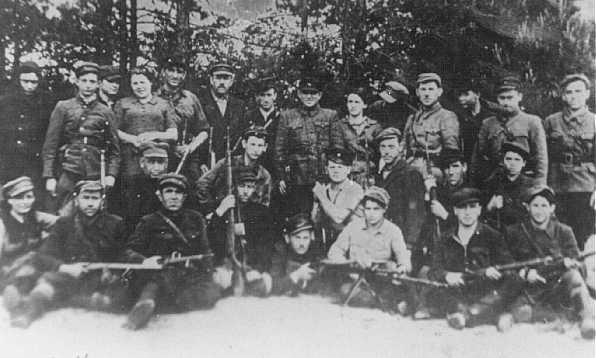 Partisans juifs dans la forêt de Naliboki, près de Novogrudok. Pologne, 1942 ou 1943.