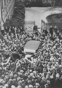 Una multitud aclama a Adolf Hitler mientras su vehículo sale de la Cancillería del Reich después de una reunión con el presidente Paul von Hindenburg. Berlín, Alemania, 19 de noviembre de 1932.