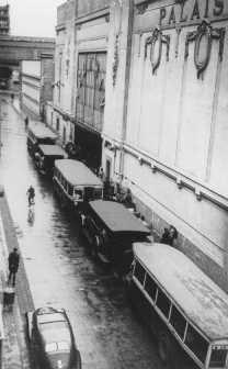 Autobuses esperando en la entrada al velódromo de invierno, donde casi 13.000 judíos fueron reunidos antes de ser trasladados a Drancy y a otros campos de tránsito franceses. París, Francia, 16 y 17 de julio de 1942.
