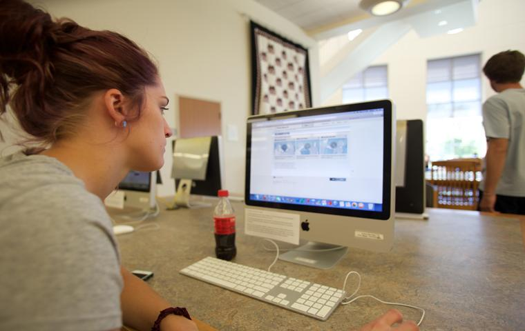 Junior psychology major Stephanie Perry logs onto a computer at Rice Library Monday. Photo by Alyssa Smith/The Shield