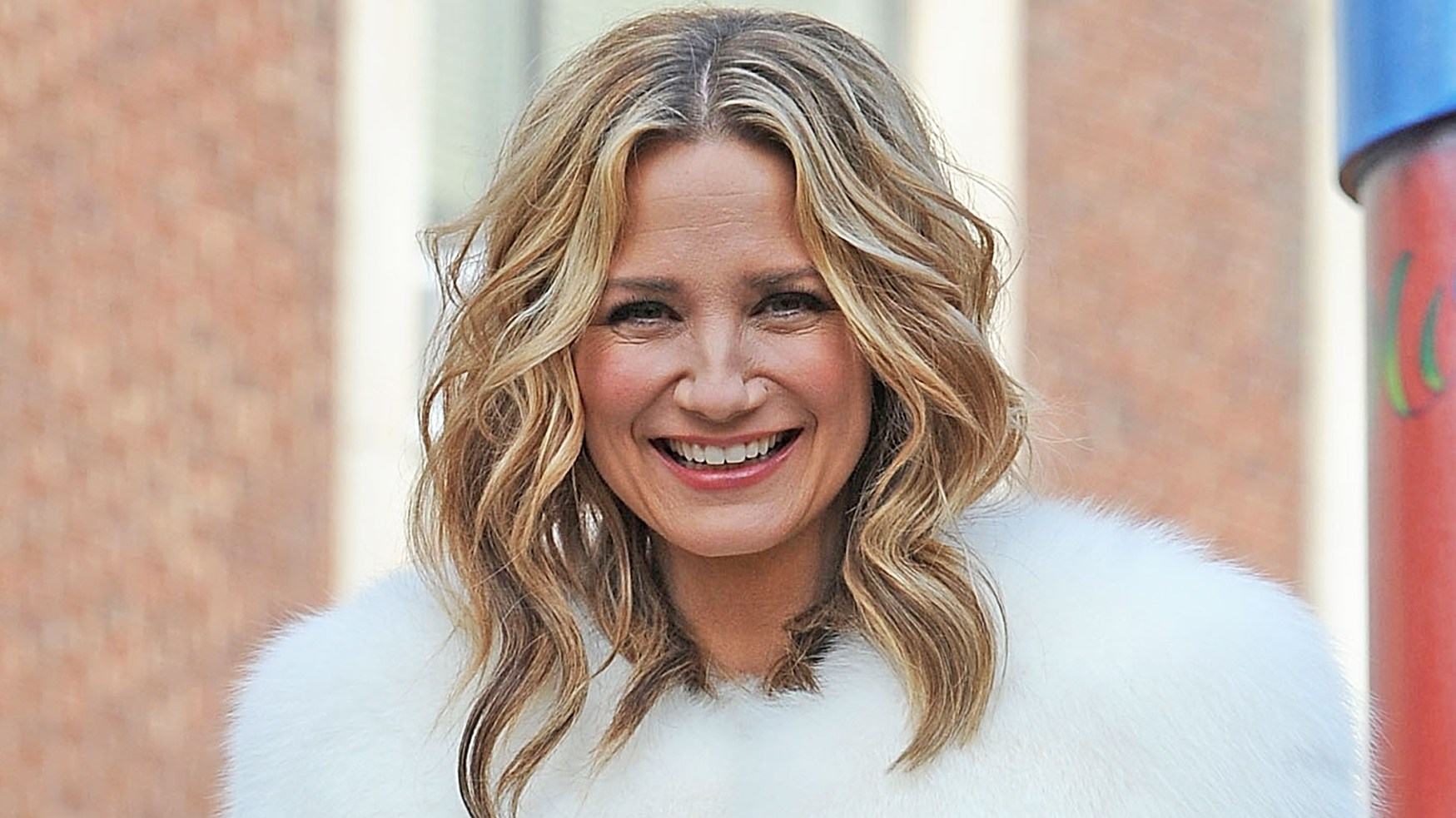 1-jennifer-nettles-country-christmas-556d2c58-fa3c-47df-83ee-7b365f3418dc