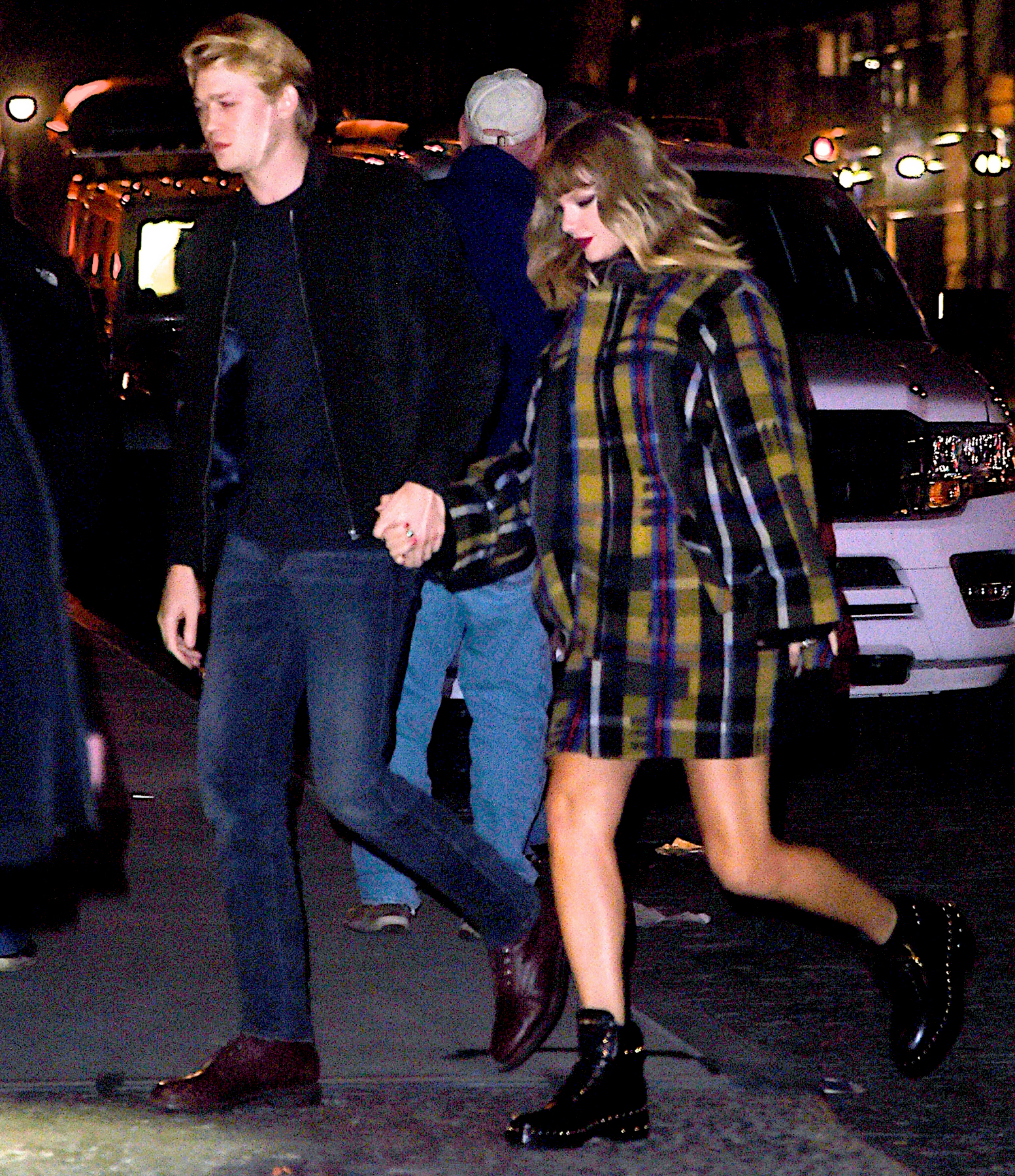 Taylor-Swift-and-Joe-Alwyn-hold-hands
