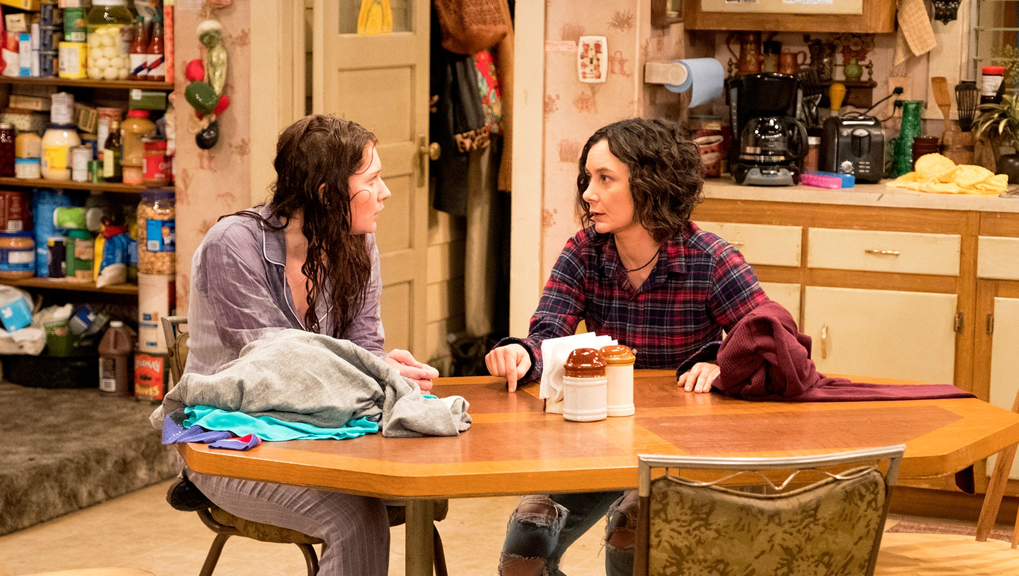Emma Kenney and Sara Gilbert on 'Roseanne'