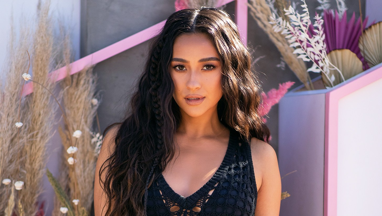 Shay Mitchell Loses a Tooth