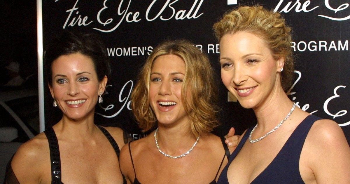 "Courteney Cox Jennifer Aniston and Lisa Kudrow 10th Annual Fire Ice Ball 15 Dec 20000A - ""أصدقاء"" يلقيون شملهم عبر السنوات: صور"