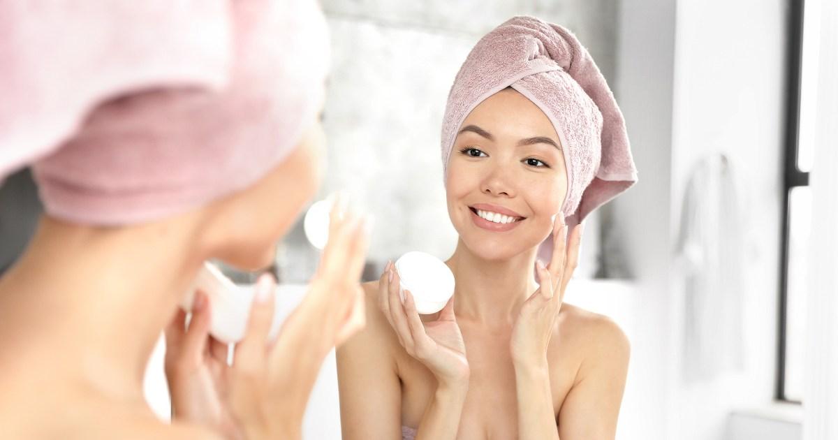 woman applying face cream - تتضمن مجموعة العطلات Dermstore بقيمة 20 دولارًا قيمة مستحضرات العناية بالبشرة بقيمة 100 دولار