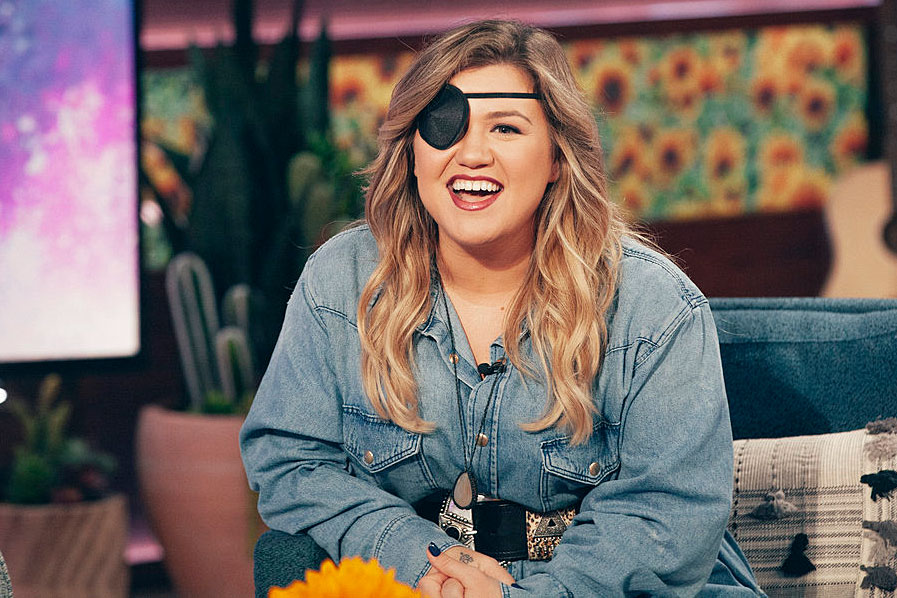 Kelly-Clarkson-Wearing-Eye-Patch-on-Her-